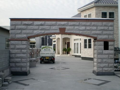 鉄骨作った大型の門に石板をデコレーションしました。