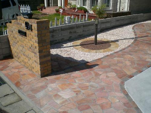 道路から玄関に向かって撮影。 美観を良くするため尖った石は加工して使用しております。