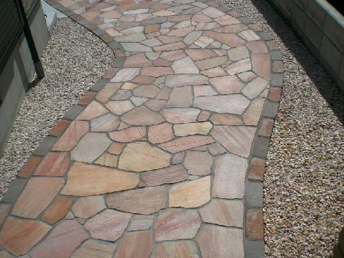 天然の石を使った玄関アプローチです。 オリジナルのデザインで作成できます。