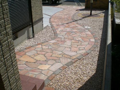 駐車場は、デザインも考慮しスリットに樹脂の洗い出しをしました。水道横には、別注の石柱をたてました。